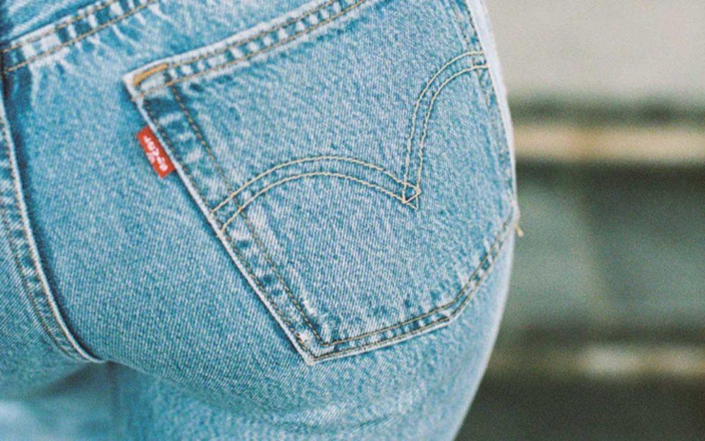 Dobre padnúce džínsky sú must-have v tvojom outfite