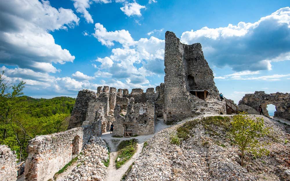 Pohľad na zrúcaninu hradu Tematín